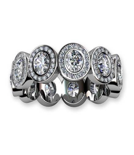 helalliansring med ovala diamanter och briljantslipade diamanter