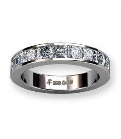 alliansring i 18 k vitguld med prinsesslipade diamanter