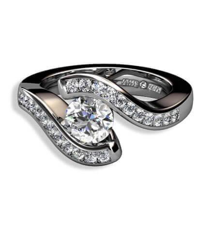 stor centrerad briljant samt briljantslliapde diamanter i 18 k vitguld