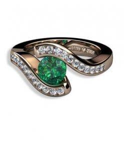 grön safir och briljantslliapde diamanter i 18 k rött guld