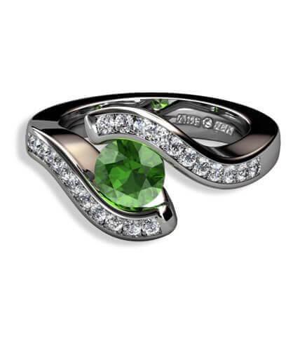 grön turmalin och briljantslliapde diamanter i 18 k vitguld