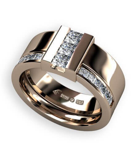 bred ring i rött guld med prinsess slipade diamanter