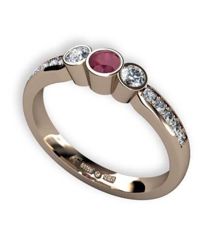 trestensring med rubin och diamanter
