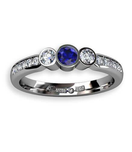 blå safir i trestensring med diamanter