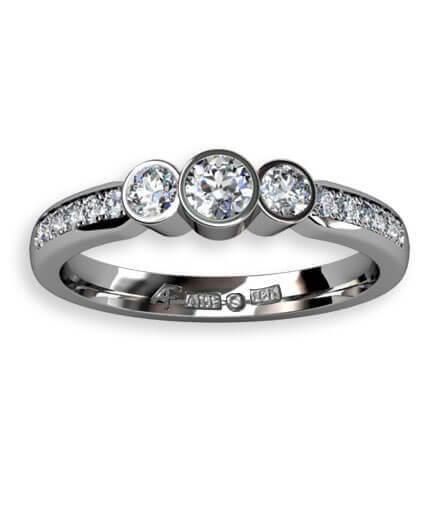trestensring i vitguld med fadeninfattade diamanter