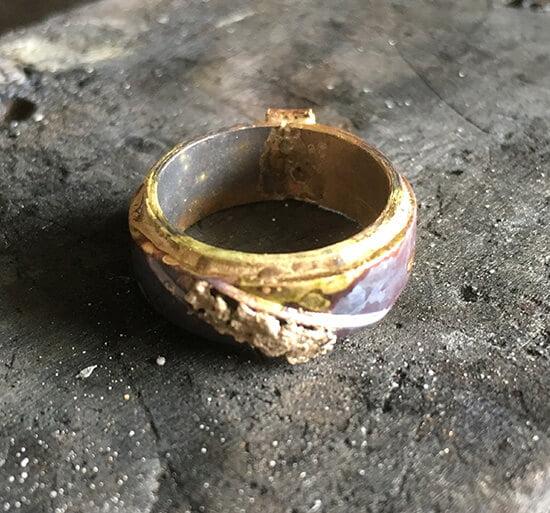 tunn guldring förstärkes