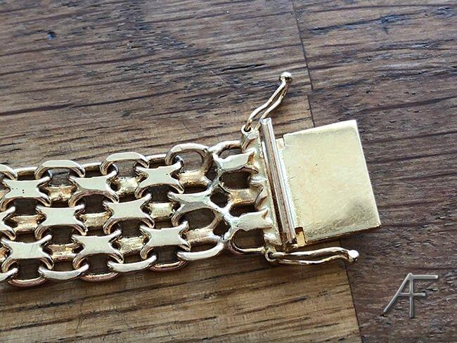 ful stellödning på guldarmband