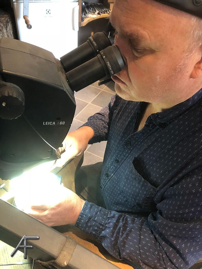 rolex - arbete under mikroskope